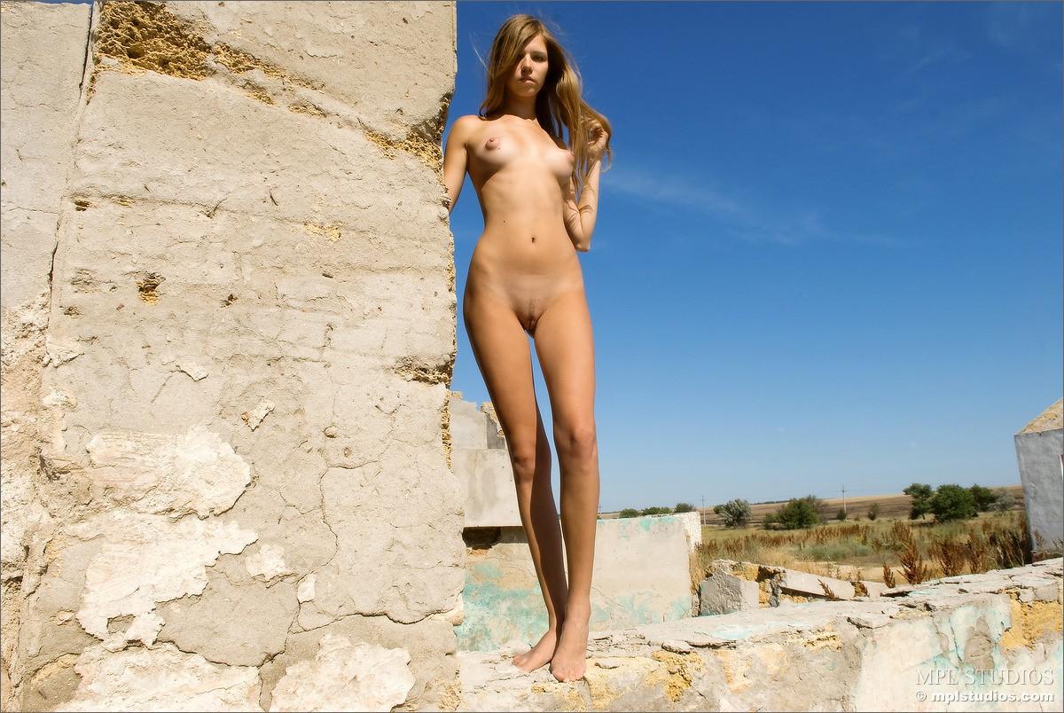 Mischa barton nude tits in picture scene